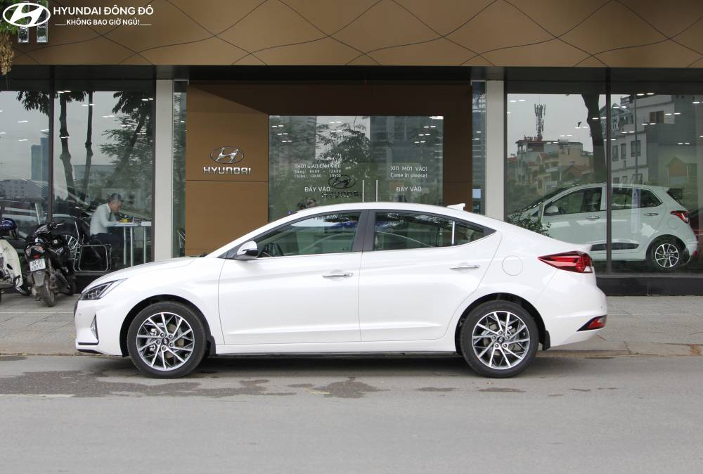Elantra Sport trắng thanh lịch